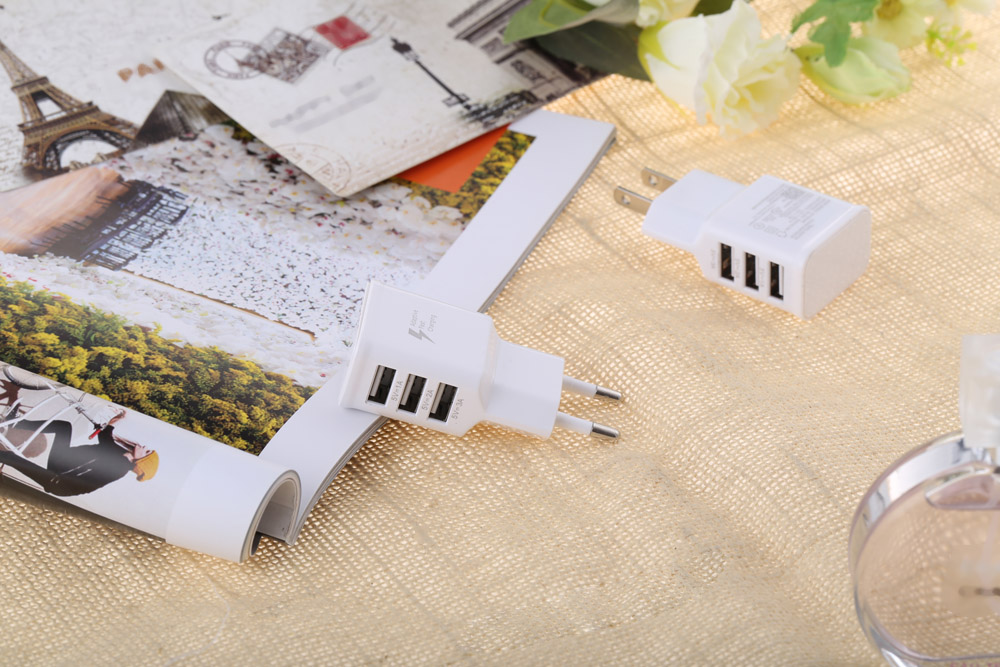 Universal 2A 3 USB Ports Multifunctional Travel Charger Adapter